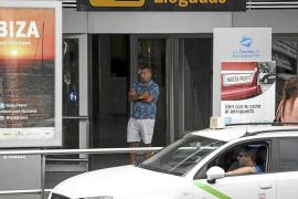 Acuerdo para intentar frenar a los taxis pirata en el aeropuerto de Ibiza
