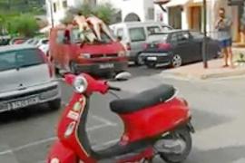 Denuncian a dos hombres por exhibirse desnudos en pleno centro de Sant Carles