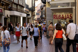 Consum recomienda eludir el consumismo y comprar solo lo necesario en las rebajas