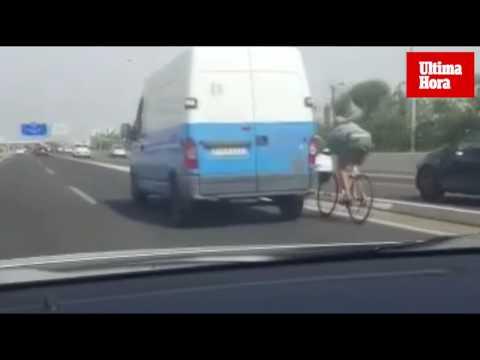 Graban a un ciclista a más de 100 kilómetros por hora por la autopista del aeropuerto de Palma
