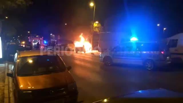 Aparatoso incendio de un coche accidentado en Vila