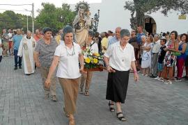 Es Cubells no falla a su cita anual con la Virgen del Carmen y los vecinos abarrotan la plaza del pueblo