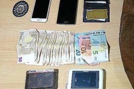 El camarero de un local de Sant Antoni caza al ladrón de un bolso que contenía mil euros y dos móviles