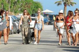 Lottie, la hermana de Kate Moss, con sus amigas en Ibiza