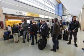 Consumo sanciona a Vueling con 340.000 euros por los retrasos y cancelaciones del verano pasado
