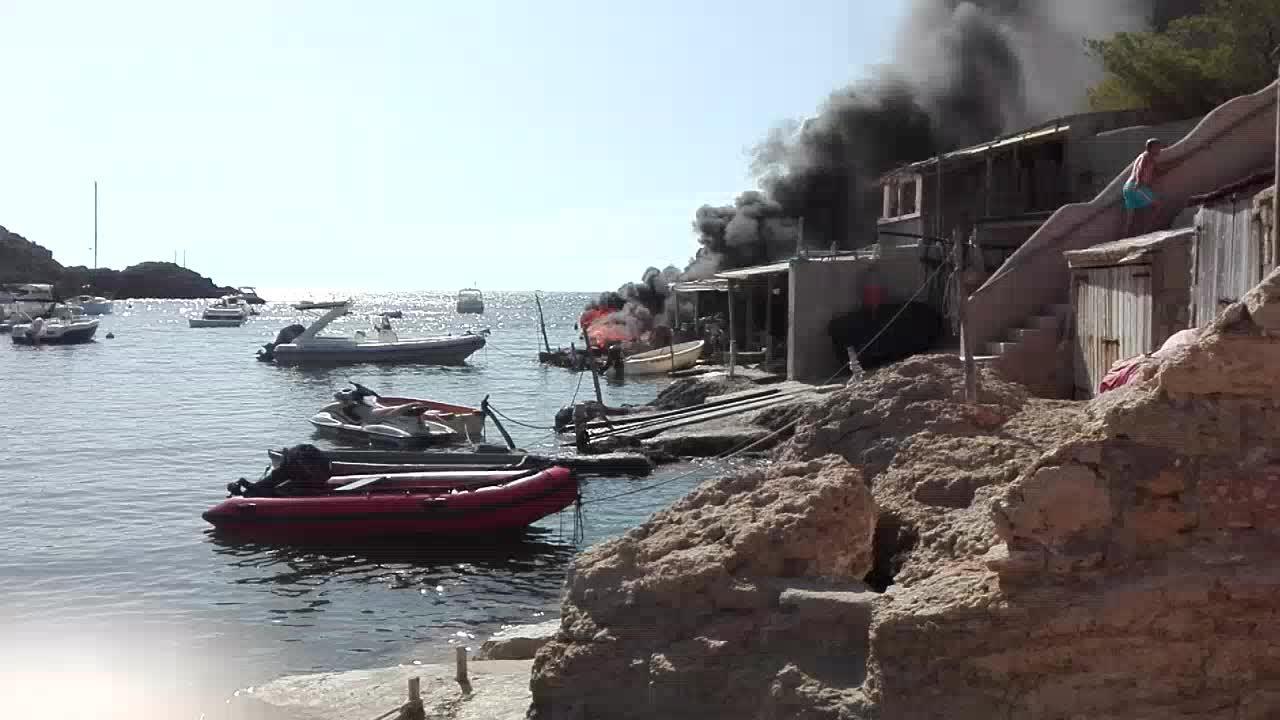 Arde una lancha en Cala Vedella con tres personas a bordo y el fuego afecta a otras dos barcas