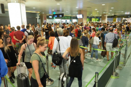 Largas colas en el aeropuerto de Ibiza en el tercer día de la huelga de seguridad