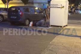 Un musulmán se pone a rezar al lado de los juzgados de Ibiza