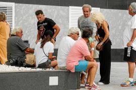 Gran expectación a las puertas de la clínica en Ibiza por el estado de salud de Ángel Nieto