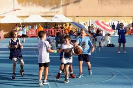 Jugadores de la ACB visitan el torneo de baloncesto Top 3x3 en Sa Bodega