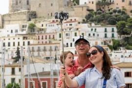 El turismo y el ladrillo espolean a las Pitiüses