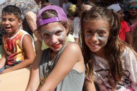 La Escuela de Verano del colegio s'Olivera se despide del mes de julio bailando .