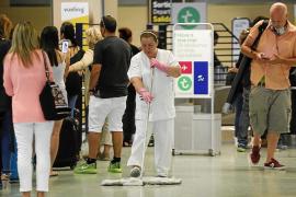 El servicio de limpieza del aeropuerto de Ibiza se queja de la falta de personal