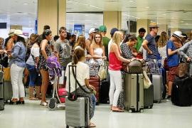 Sindicatos y trabajadores aseguran que el aeropuerto de Ibiza está «desbordado»