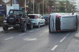 Un conductor vuelca en Ibiza y huye dejando a dos chicas heridas en el coche