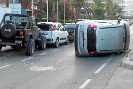 Un conductor vuelca en Ibiza y se da a la fuga, dejando a dos jóvenes heridas en el coche