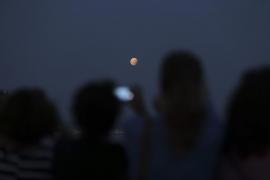 Eclipse lunar en rojo y gris