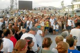 Más de 200 personas se juntan en es Martell para «que devuelvan el puerto a los ibicencos»