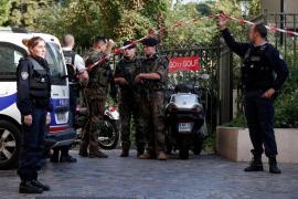 Un hombre atropella a varios militares con su vehículo en la periferia de París
