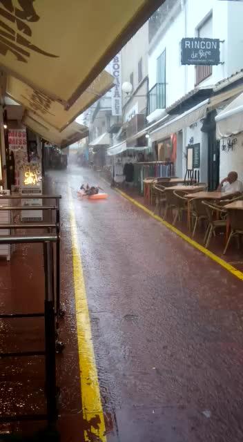 Un niño 'surfea' en una calle inundada de Sant Antoni