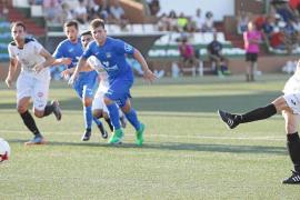Pepe Bernal, futbolista de la Peña Deportiva, golpea el esférico en una pena máxima durante uno de los partidos de esta pretempo