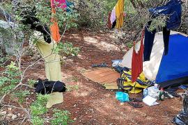 Desalojan un campamento ilegal con 14 caravanas instalado en Cala Martina