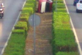 Un vehículo vuelca en la mediana de la Avenida la Paz