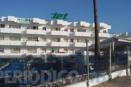 Fallece un joven de 28 años al precipitarse desde un tercer piso en Platja d'en Bossa