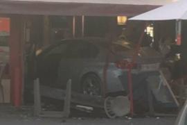 Un coche mata a una niña y hiere a siete personas al empotrarse contra una pizzería en París