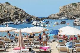 Cala Vedella, la que fuera una de las mejores playas del país, más sucia que nunca