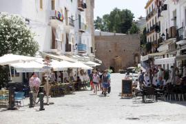 Dalt Vila recibe muchas visitas y pocas compras