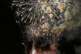 Estallido de pólvora y color para despedir las fiestas de ses Figueretes