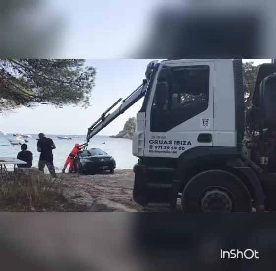 Sacan de es Cubells un vehículo que acabó en el mar por el temporal de la semana pasada