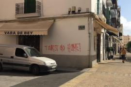 Ibiza amanece con pintadas en contra del turismo