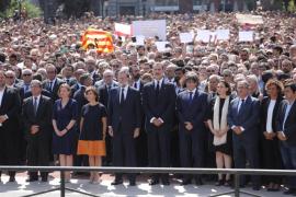 El Rey, Rajoy, Puigdemont y Colau encabezan un minuto de silencio en Barcelona