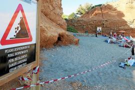 Sant Josep acordona parte de sa Caleta por desprendimientos de rocas