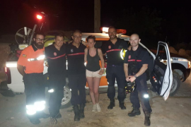 Los bomberos rescatan a una joven perdida en Cala Aubarca