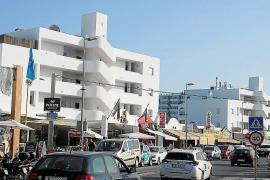 Herido grave un joven al precipitarse desde el tercer piso de un hotel de Platja d'en Bossa