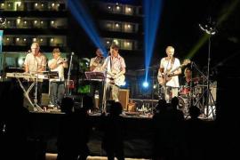Talamanca celebra con un concierto en la playa el cambio del emisario