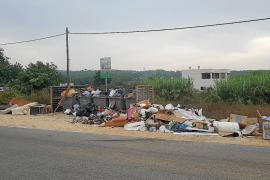 Vecinos denuncian la acumulación de residuos junto al hipódromo de Sant Rafel