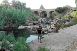 El río de Santa Eulària seguirá acordonado hasta dar con el foco de la contaminación