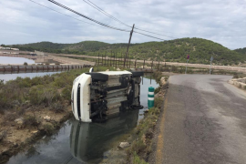 Un coche termina semivolcado en un canal de ses Salines
