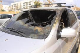 Un individuo prende fuego a un coche estacionado cerca del centro de salud del barrio de  es Viver