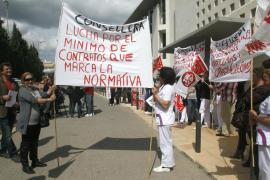 Bomberos y personal de Cas Serres acusan al Consell de «pasividad» ante sus reivindicaciones