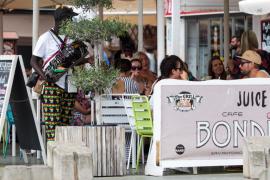 Venta ambulante frente a comercios de Sant Antoni (Fotos: Daniel Espinosa).