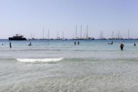 En estado crítico un bañista que sufrió un síncope en la playa de ses Salines