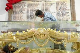 La lápida dañada en la catedral de Ibiza comienza a recuperar su estado original