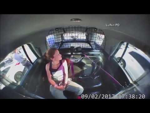 Una mujer escapa con el coche patrulla en el que estaba detenida