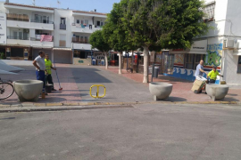 Sant Josep blinda con bolardos zonas de gran afluencia en Platja d'en Bossa