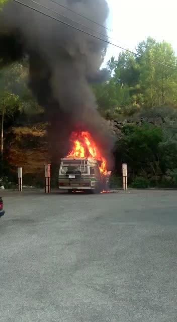 Las llamas devoran una caravana junto a s'Arenal Petit de Portinatx